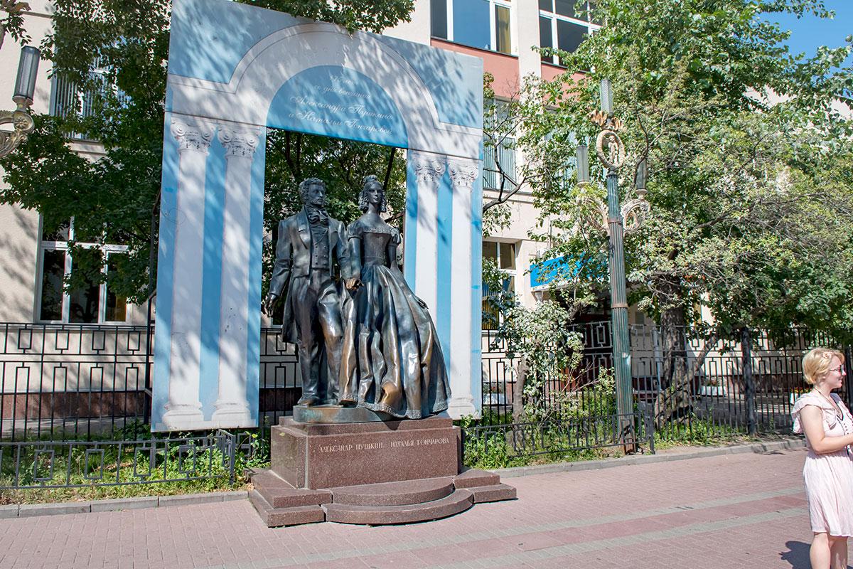 Еще одной достопримечательностью Старого Арбата стал монумент молодоженам, Пушкину и Наталье Гончаровой, открытый к 200-летию со дня рождения поэта.