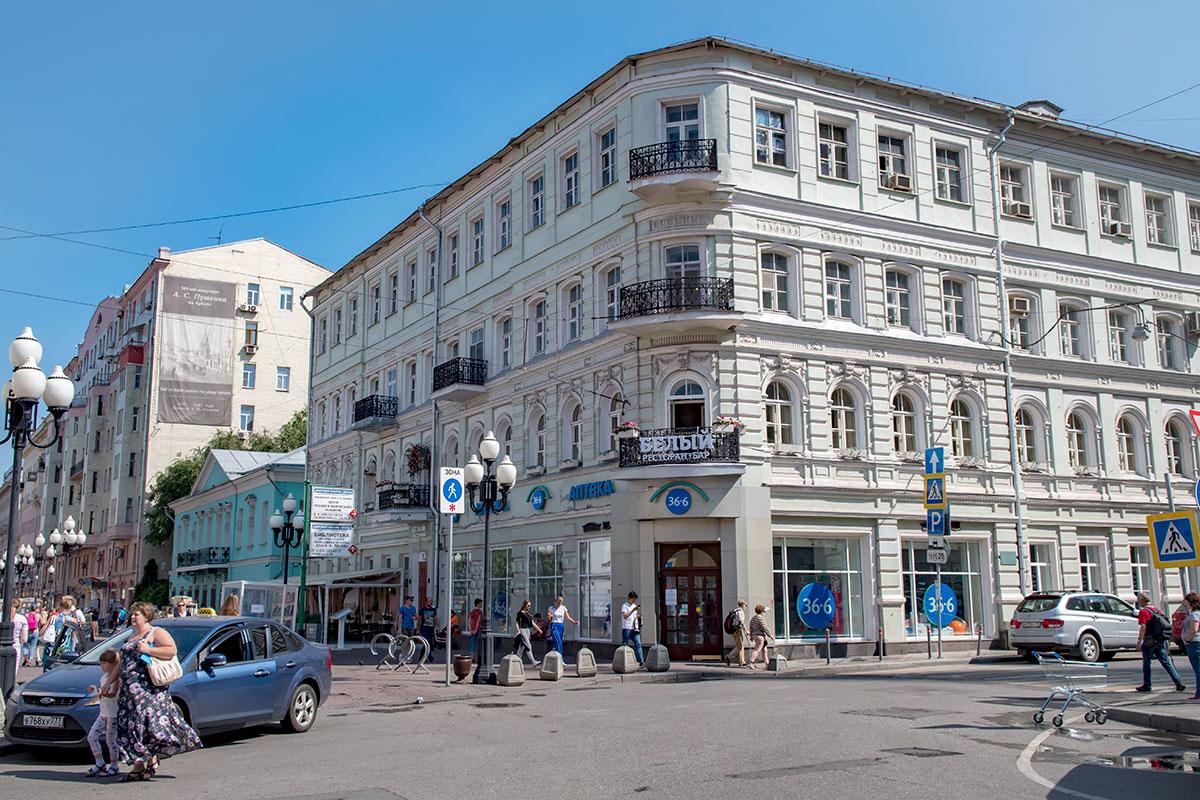В угловом особняке Старого Арбата проживала семья Бугаевых, воспитавшая будущего лидера литературного течения символистов Андрея Белого.
