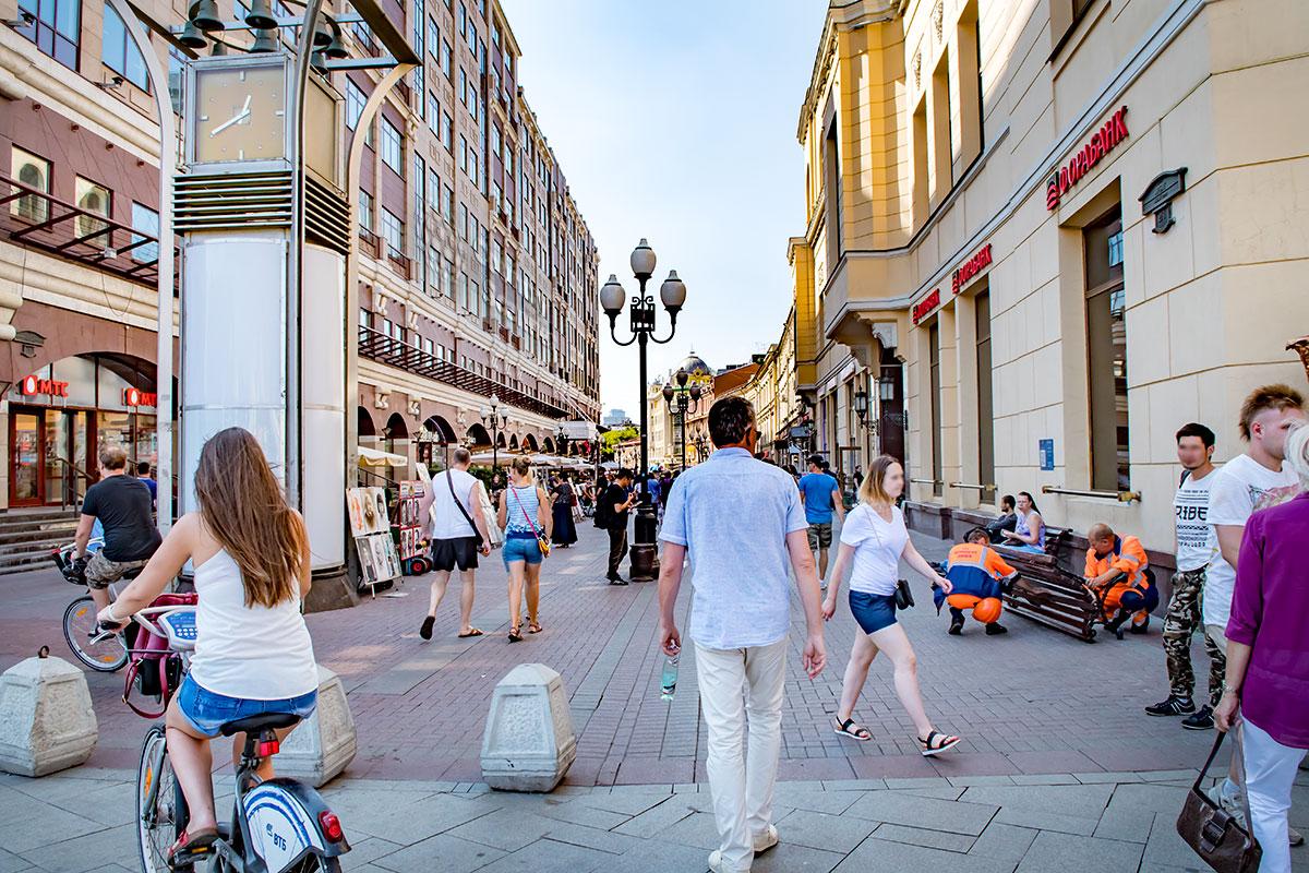 Улица Старый Арбат в Москве уже более 30 лет свободна от движения транспорта и стала одним из популярнейших зон отдыха и туризма.