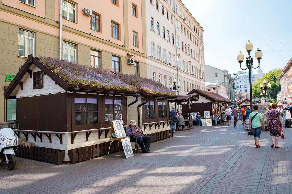 Новинкой на Старом Арбате стали стандартного облика торговые павильоны, которыми мэрия надеется упорядочить торговую жизнь улицы.