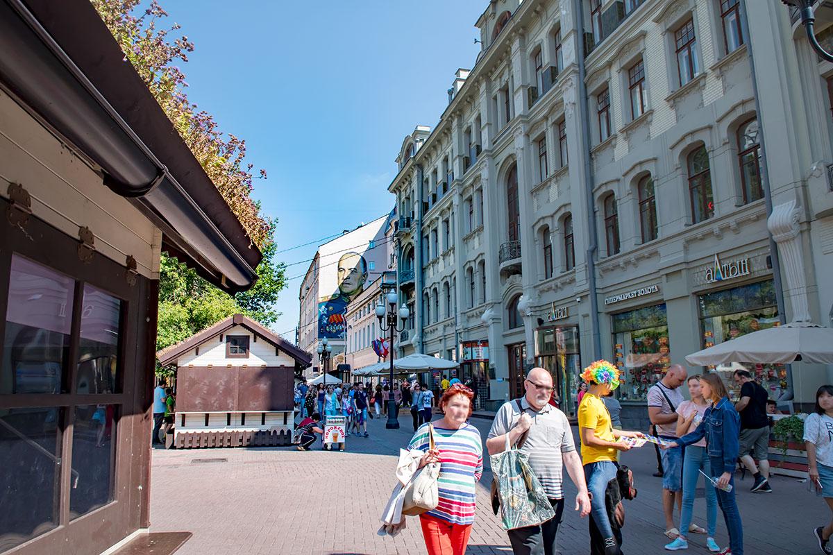 Фотография изображает одно из приметных в архитектурном плане зданий Старого Арбата, бывшую гостиницу Ечкина с видом на портрет Жукова.