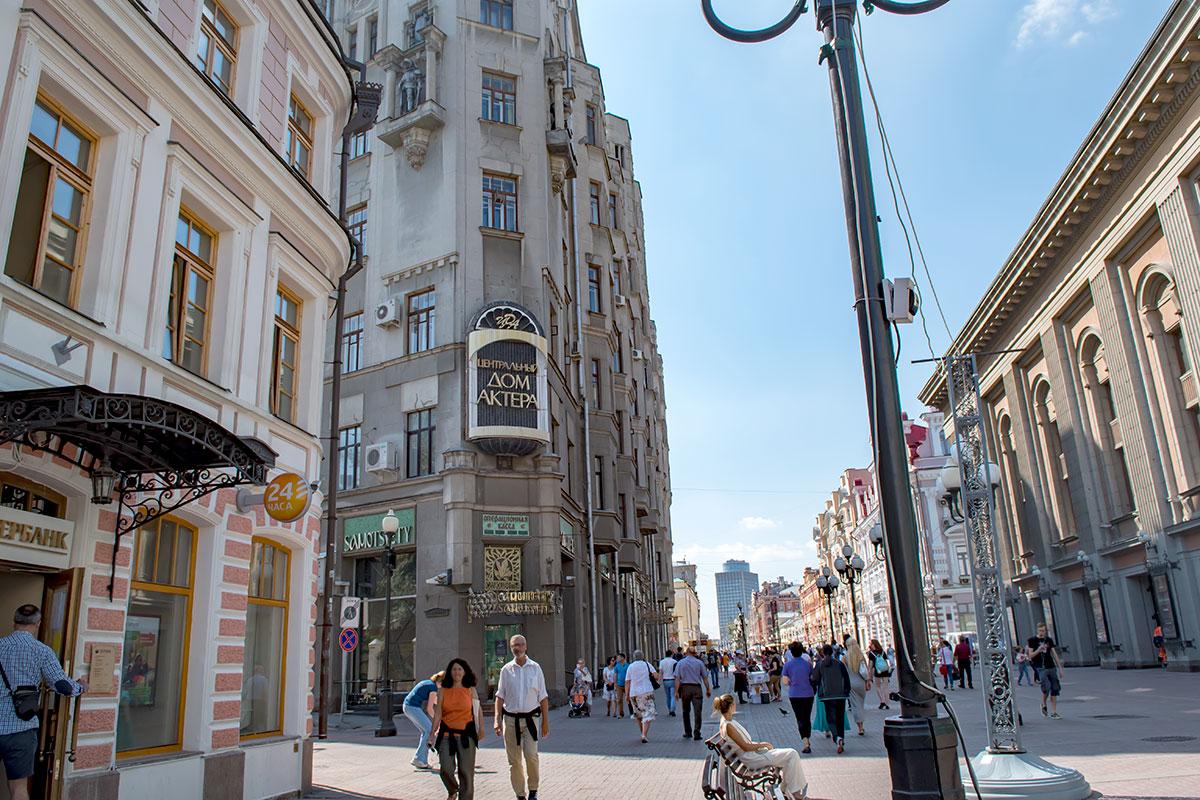 Центральный дом актера на Старом Арбате, в Доме с рыцарями, оказался напротив одного из ведущих российских театров, имени Евгения Вахтангова.