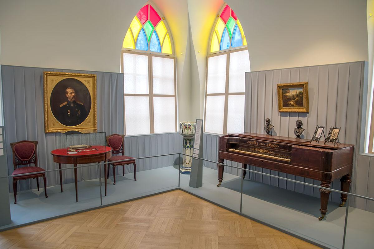 Императорский портрет и старинный музыкальный инструмент входят в собрание Дачное Царицыно, размещенное в Третьем Кавалерском корпусе.
