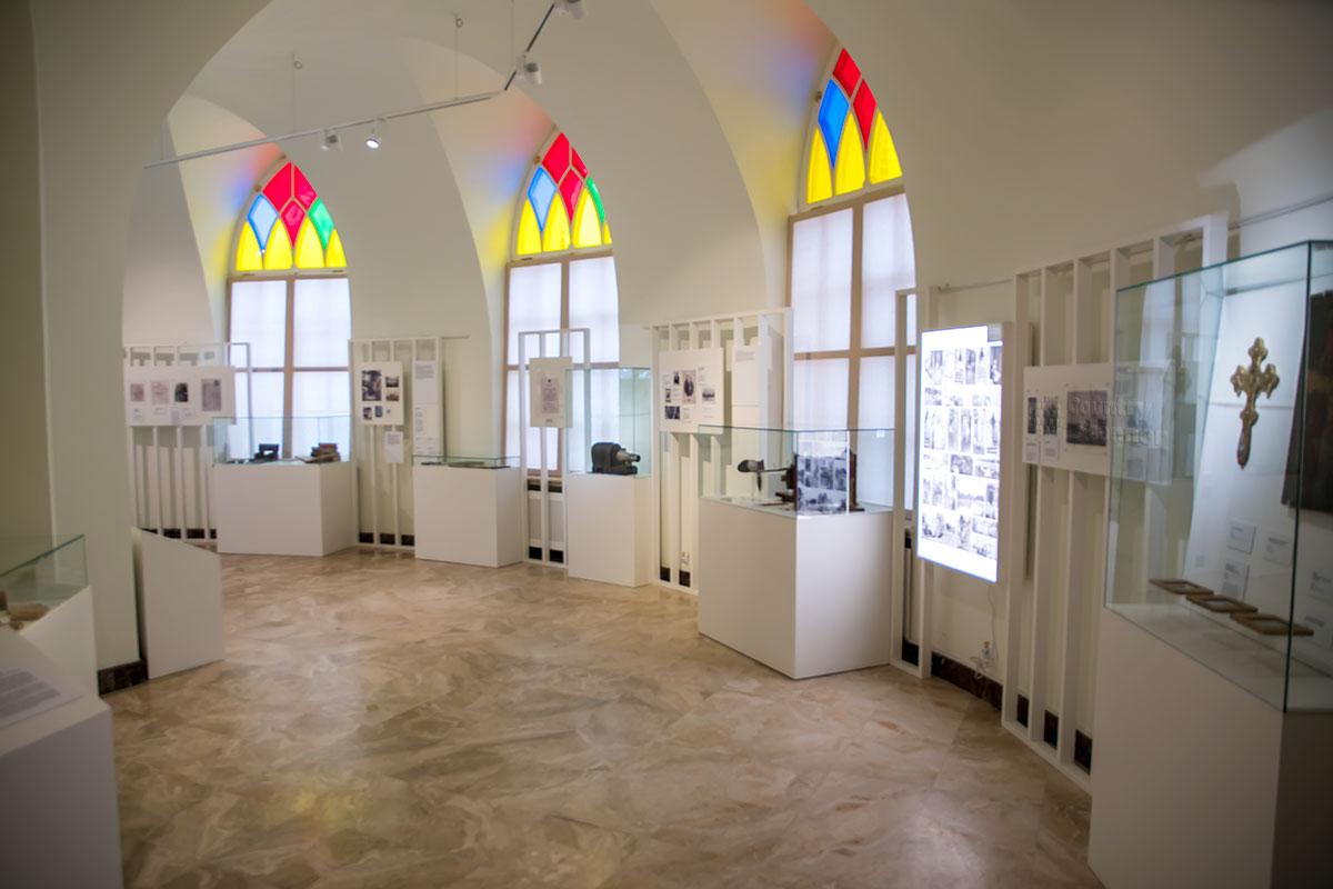 Приметные снаружи особыми приемами кирпичной кладки, изнутри оконные проемы Третьего Кавалерского корпуса привлекают цветными витражами.