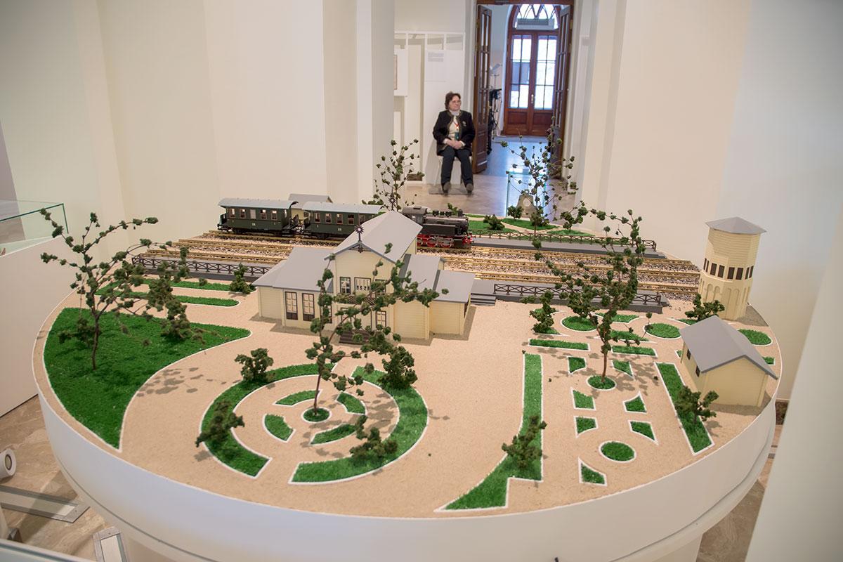 Центральный экспонат экспозиции Дачное Царицыно в Третьем Кавалерском корпусе – подробный макет старого вокзала и прилегающей территории.