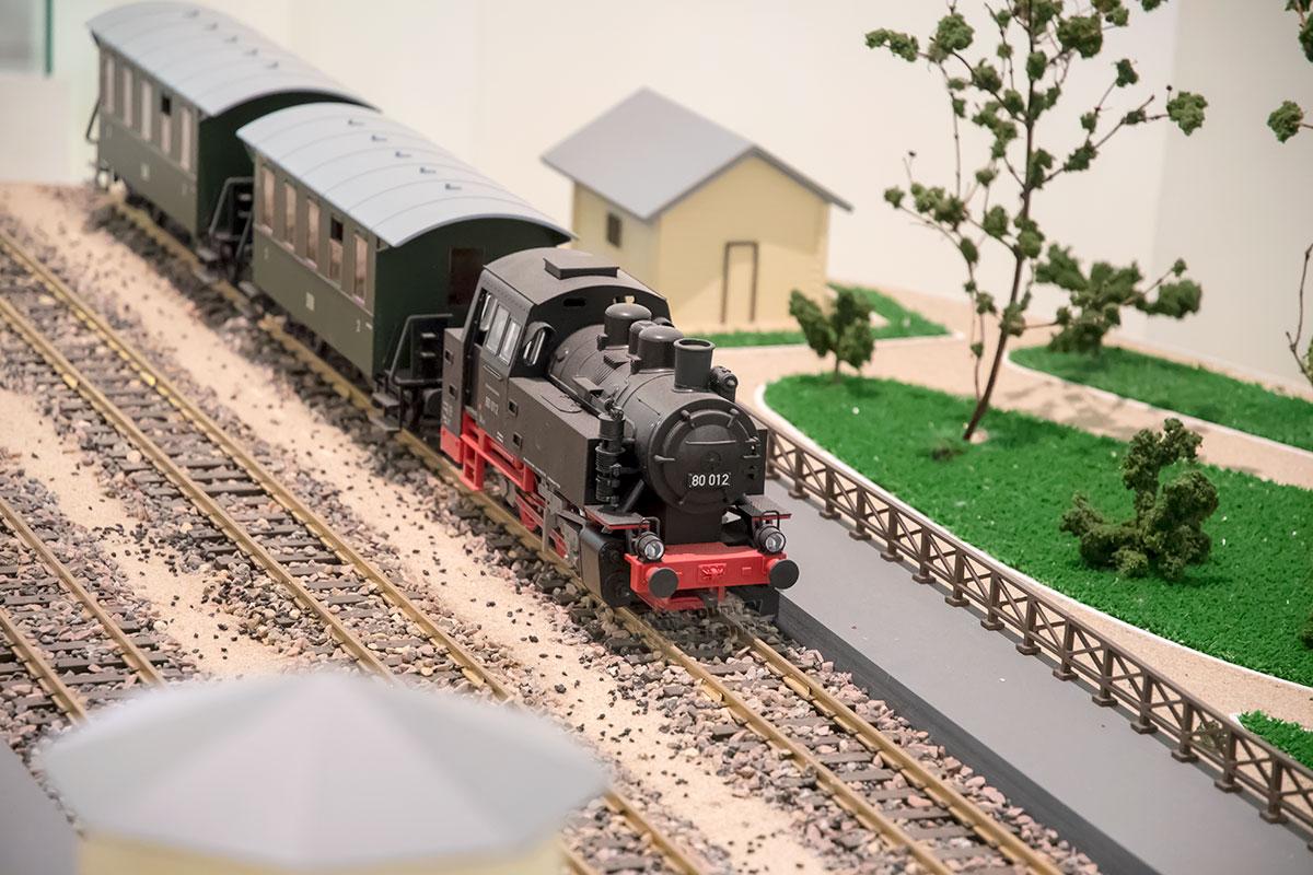 Модель древнего парового локомотива на игрушечных рельсах входит в состав экспозиции Дачное Царицыно в Третьем Кавалерском корпусе.