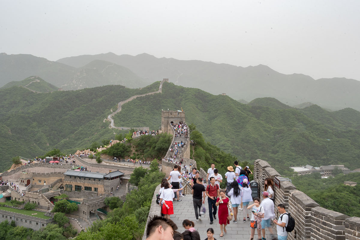 Популярность Великой Китайской стены наглядно иллюстрируется протяженной очередью желающих попасть на примечательный объект.