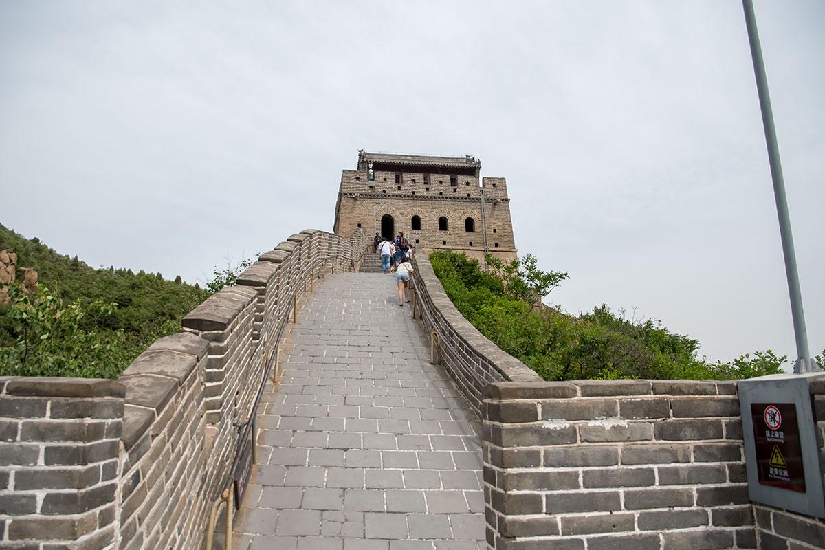 Наряду с оборудованными лестничными маршами участками Великая Китайская стена имеет и гладкие подъемы, где приходится использовать перила.
