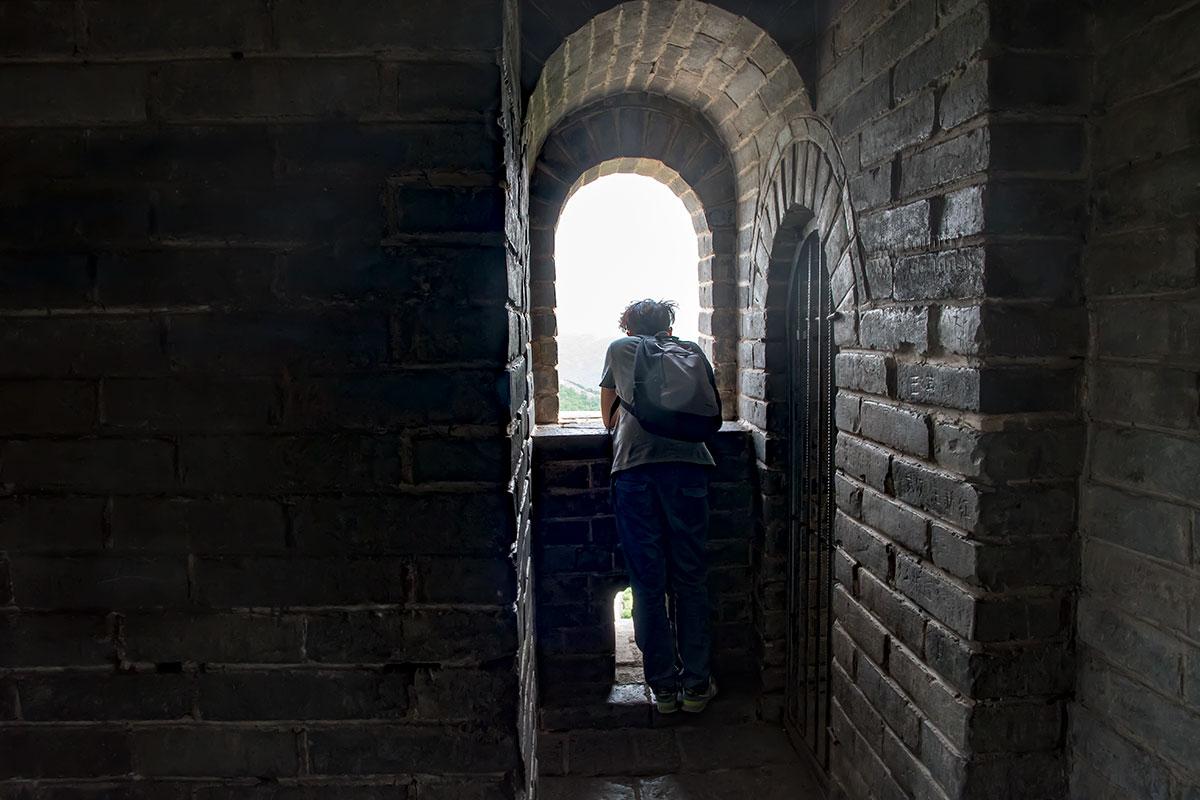 Некоторые сторожевые башни Великой Китайской стены доступны для внутреннего осмотра, а также обозревания окрестностей через оконные проемы.