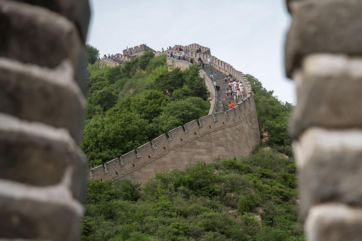 Своей сложной конфигурацией Великая Китайская стена повторяет контуры рельефа горного хребта, по которому обозначена граница империи.