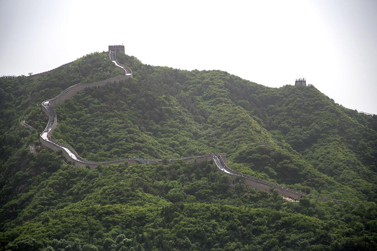 Фотографии Великой Китайской стены с дальней перспективой показывают только малую часть рекордной продолжительности оборонительного сооружения.