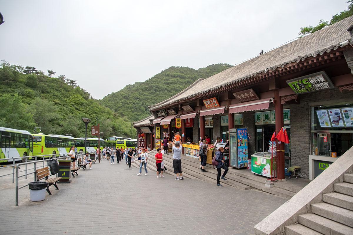 Великая Китайская стена доступна для посещения на нескольких участках, ближайший к Пекину – Бадалин отстоит от китайской столицы на 75 километров.