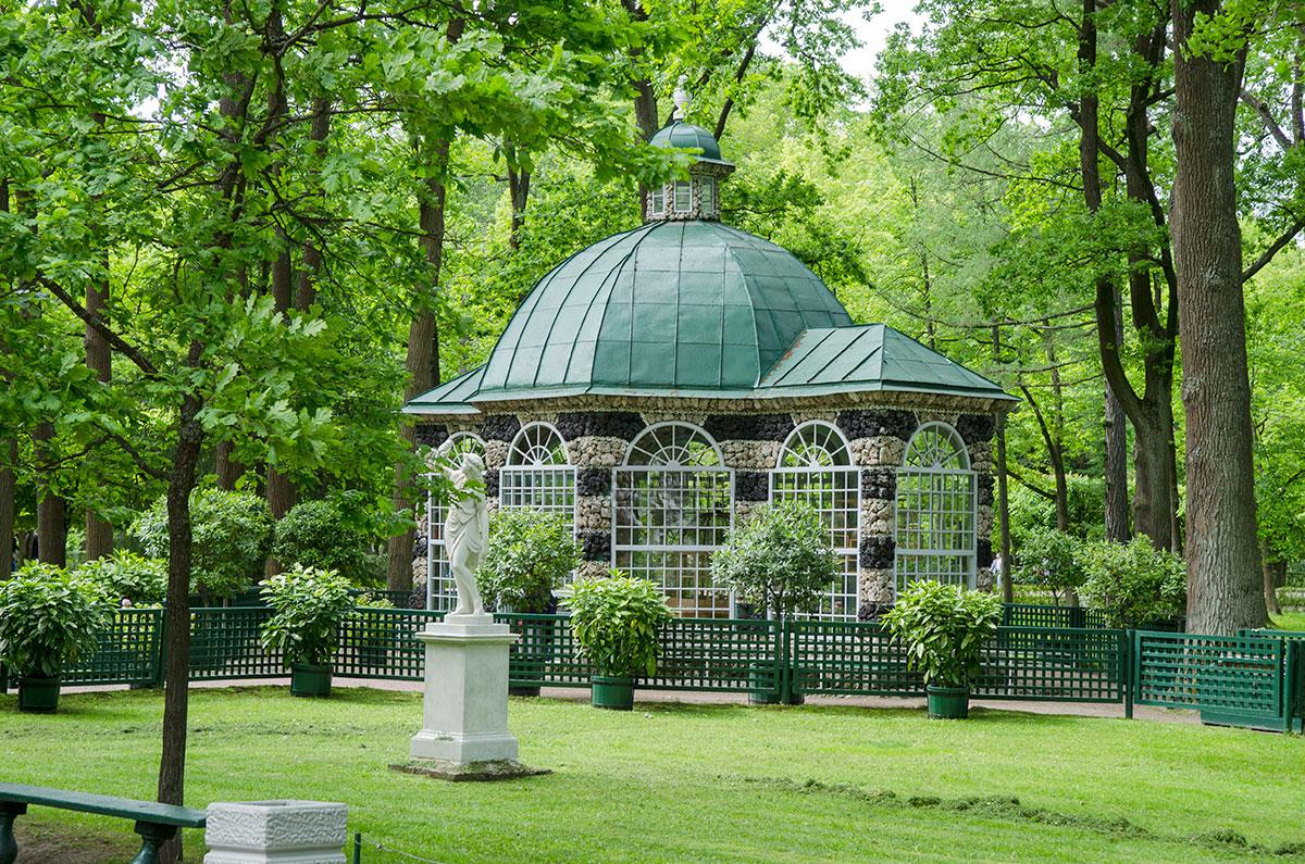 Осматривать вольеры Петергофа большинство посетителей начинают с западного павильона, рассматривая облицовку из туфа и доменного шлака.