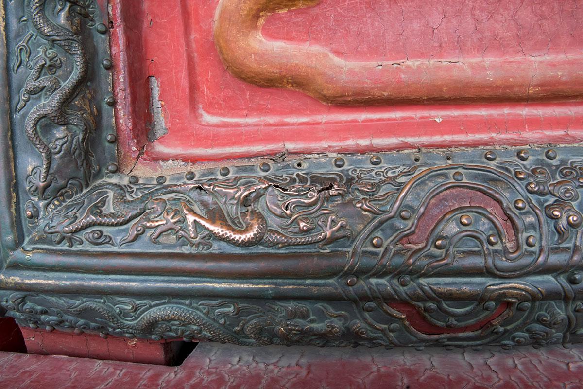 Небольшой фрагмент декоративного оформления трона во Дворце Полной Гармонии Запретного города дает представление о мастерстве чеканщиков.