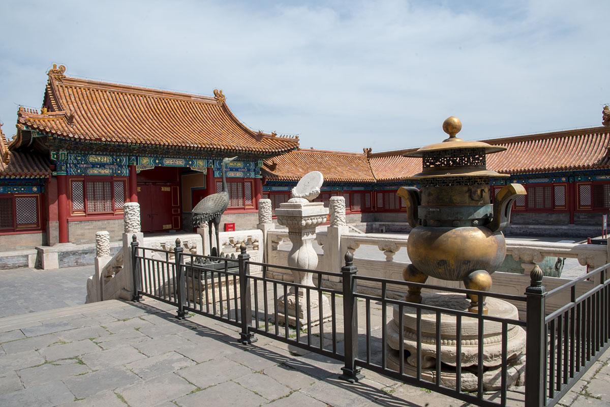Очередные экспонаты Запретного города – эталонная мера объема из медного сплава и мраморные солнечные часы рядом с очередным журавлем.