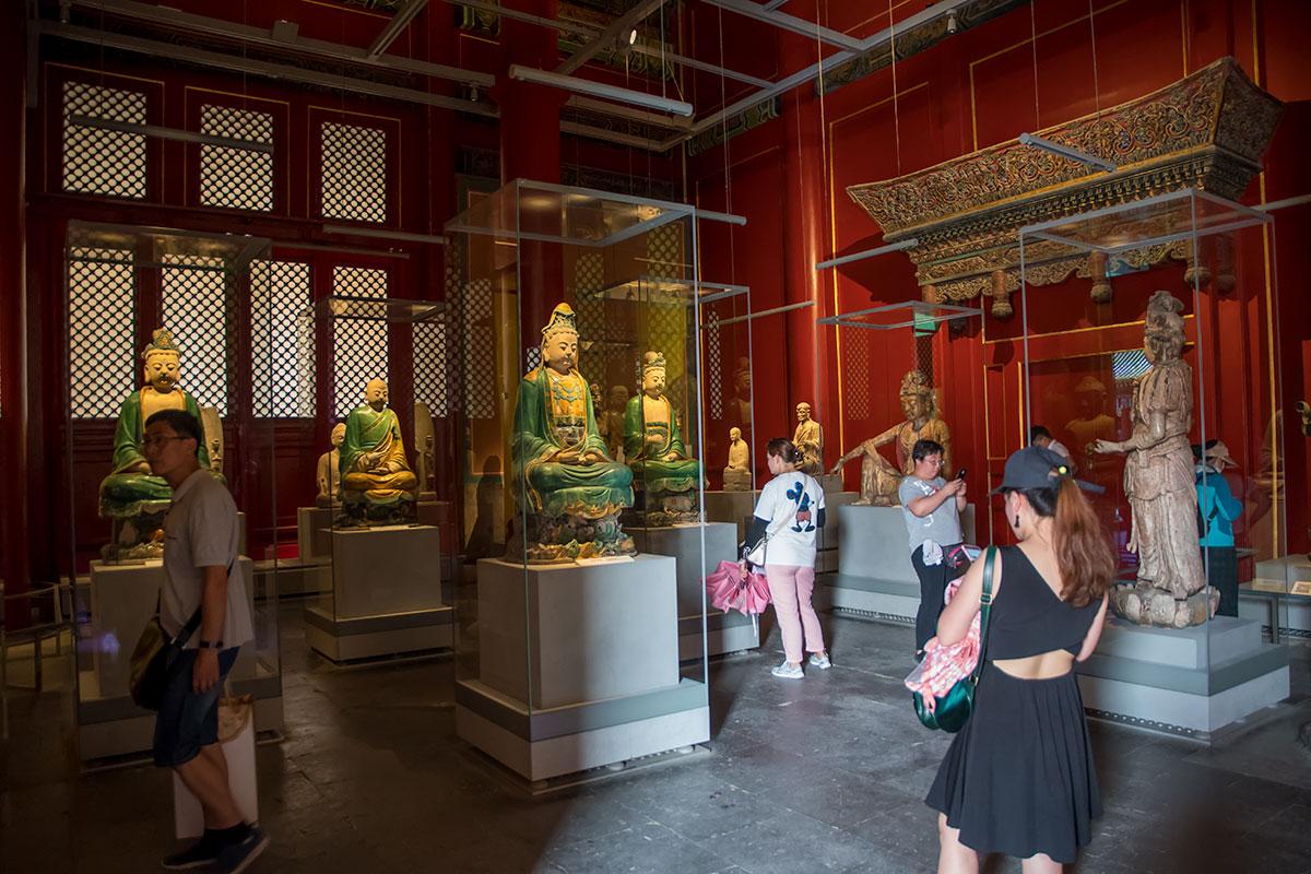 Выставочная экспозиция китайской скульптуры в Зале Предков Запретного города включает традиционные раскрашенные статуи правителей.