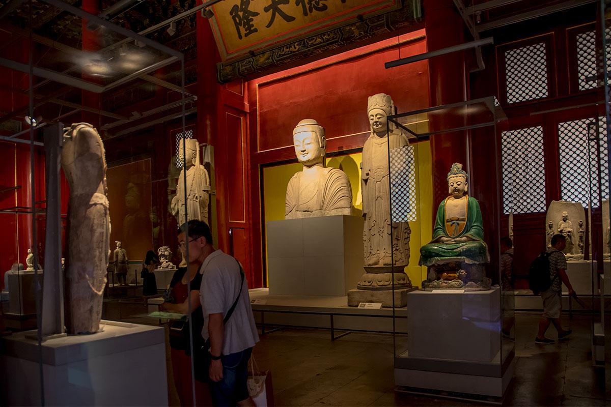 Однотонные статуи экспозиции Зала Предков в Запретном городе – словно из другой художественной эпохи, у них живые выражения лиц.
