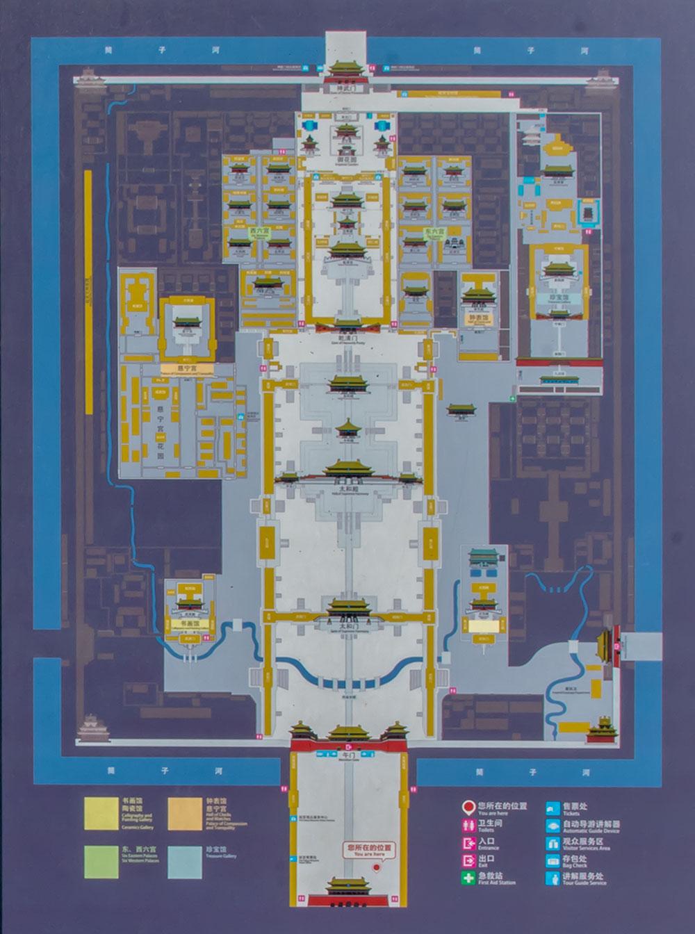 Красочный и довольно старого происхождения план, показывающий Запретный город со всеми строениями, помогает ориентироваться на обширной территории.