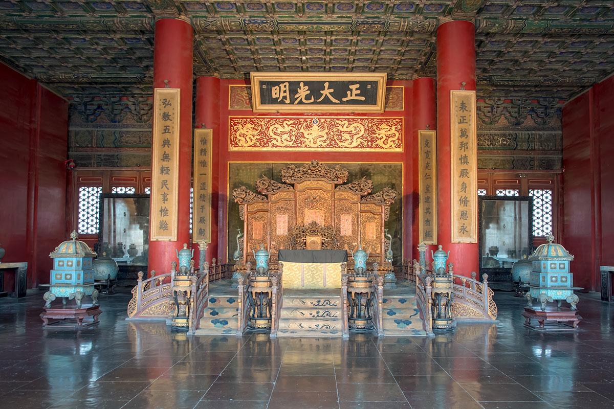 Императорский трон во Дворце Небесной Чистоты Запретного города окружен красными колоннами с изречениями правителя, над креслом – девиз правящей династии.