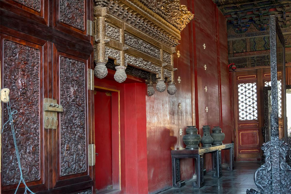 Внутренний дверной проход Дворца Небесной Чистоты в Запретном городе украшен красочным карнизом тончайшей ажурной резьбы.