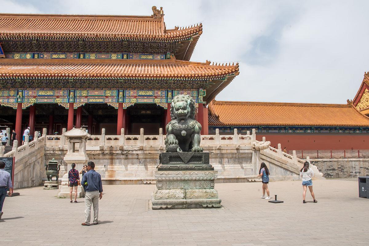 Врата Вечной Гармонии, ведущие на территорию Запретного города, охраняют гигантские бронзовые львы фантастического обличья.