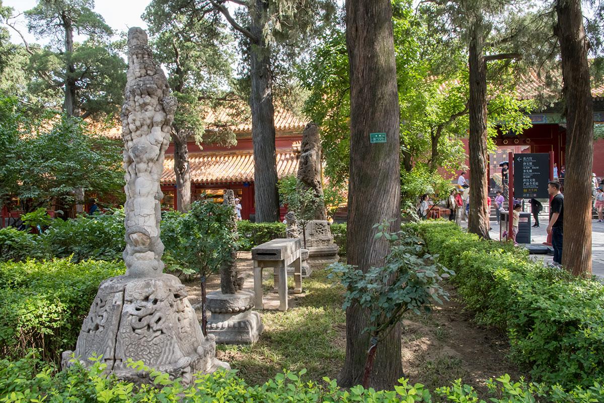 Среди зеленой растительности Императорского сада Запретного города много разнообразных каменных изделий и необработанных камней.