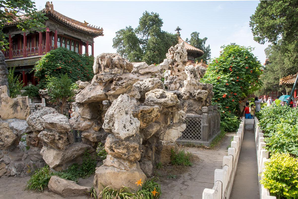 Оградами в Императорском саду Запретного города оборудованы не только цветники, но и нагромождения природных камней пористой структуры.