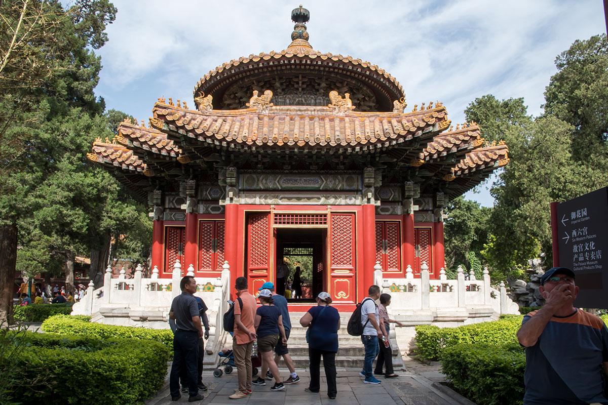 Беседка Тысячи Осеней в северо-западной части Императорского сада Запретного города восхищает конструкцией словно танцующей крыши.