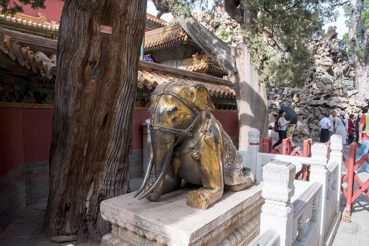 Северную границу Императорского сада в Запретном городе охраняют статуи боевых слонов с броней на бивнях, приметные неестественными сгибами передних ног.
