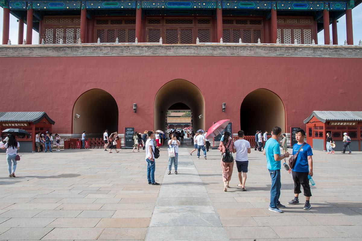 Вид снаружи Императорского сада в Запретном городе на ограничивающие его территорию с севера Ворота Божественной Силы с тремя арками.