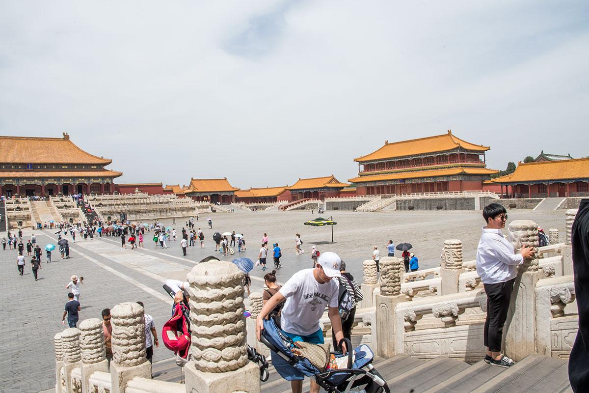 Огромная дворцовая площадь Внешнего двора, первой части Запретного города китайских владык, вмещала сотню тысяч слушателей императорских указов.