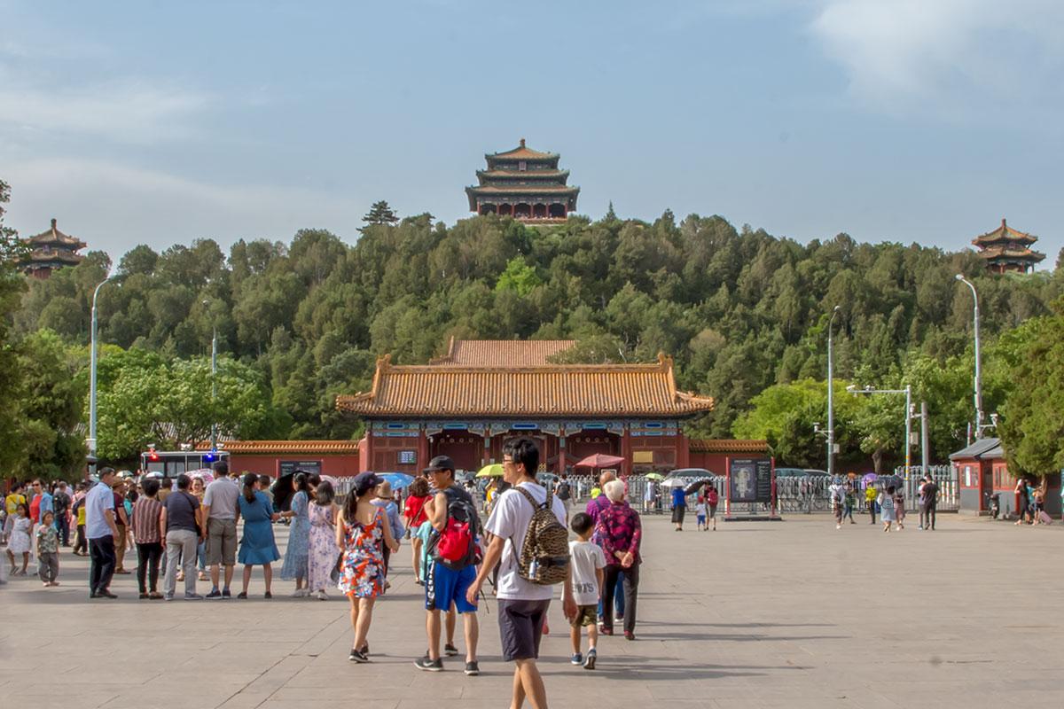 Выйдя из ворот Запретного города и миновав мост через ров с водой, посетители попадают к входу в другое приметное место – парк Цзиншань.