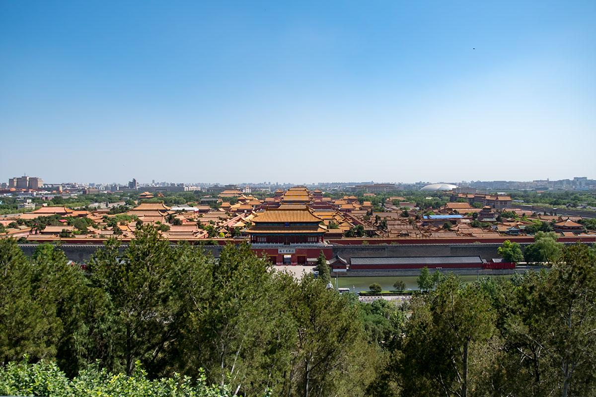 Панорама всей территории Запретного города открывается со смотровой площадки живописного парка, разбитого на насыпанных холмах.