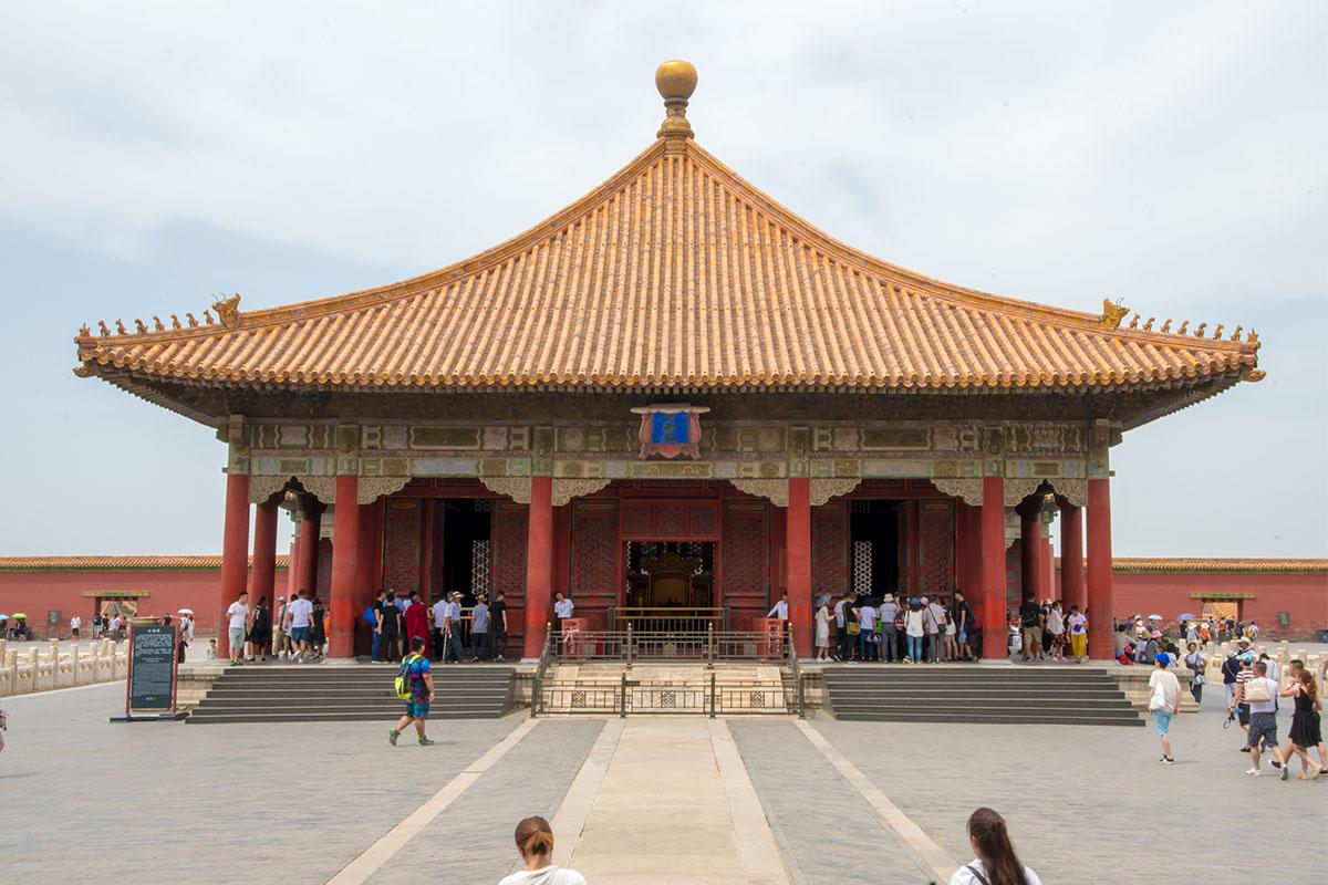 Для переодевания и репетиции выступлений императорам в Запретном городе служил Дворец Полной Гармонии, увенчанный традиционным буддийским шаром.
