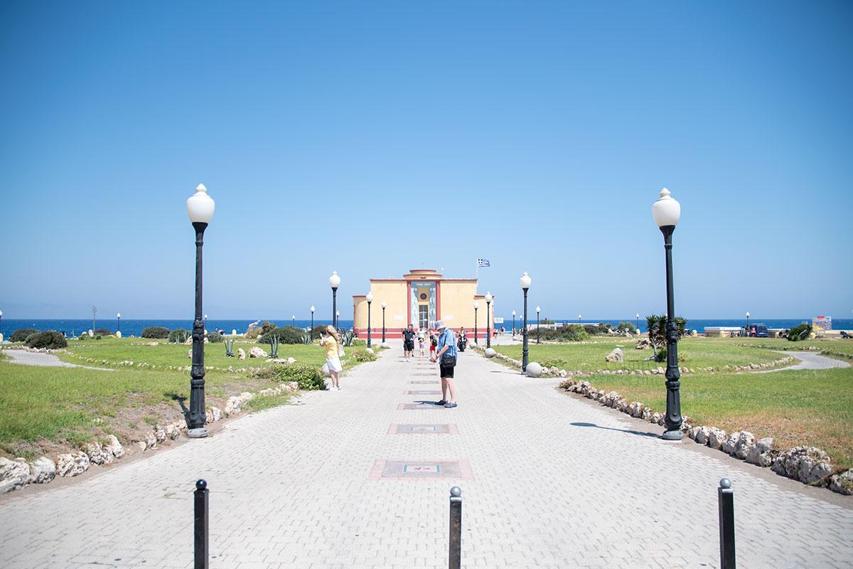 Центральная дорожка к зданию аквариума Родоса украшена мозаичными гербами островов, входящих в состав архипелага Додеканес.