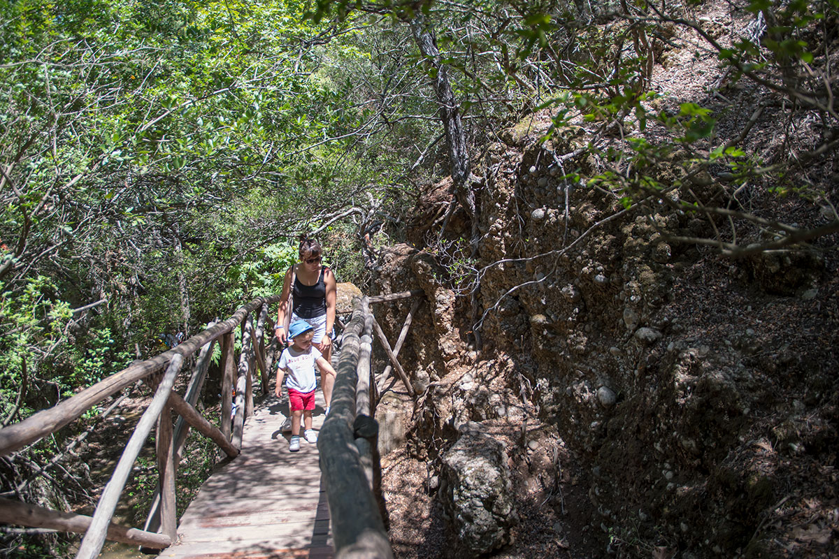 Восхождение вдоль ручья в долине бабочек на Родосе вполне посильно даже для малолетних путешественников в сопровождении родителей.