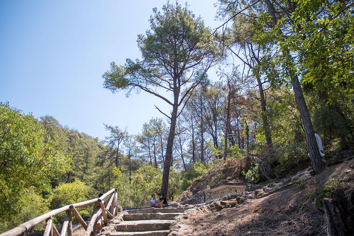 Живописна вершина возвышенности, откуда истекает ручей, обеспечивающий уникальный климат долины бабочек на Родосе.