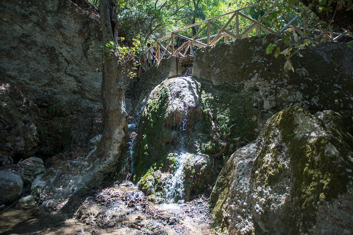 Широко известная достопримечательность – долина бабочек на Родосе на самом делевыглядит как узкое ущелье с текущим по нему ручьем.