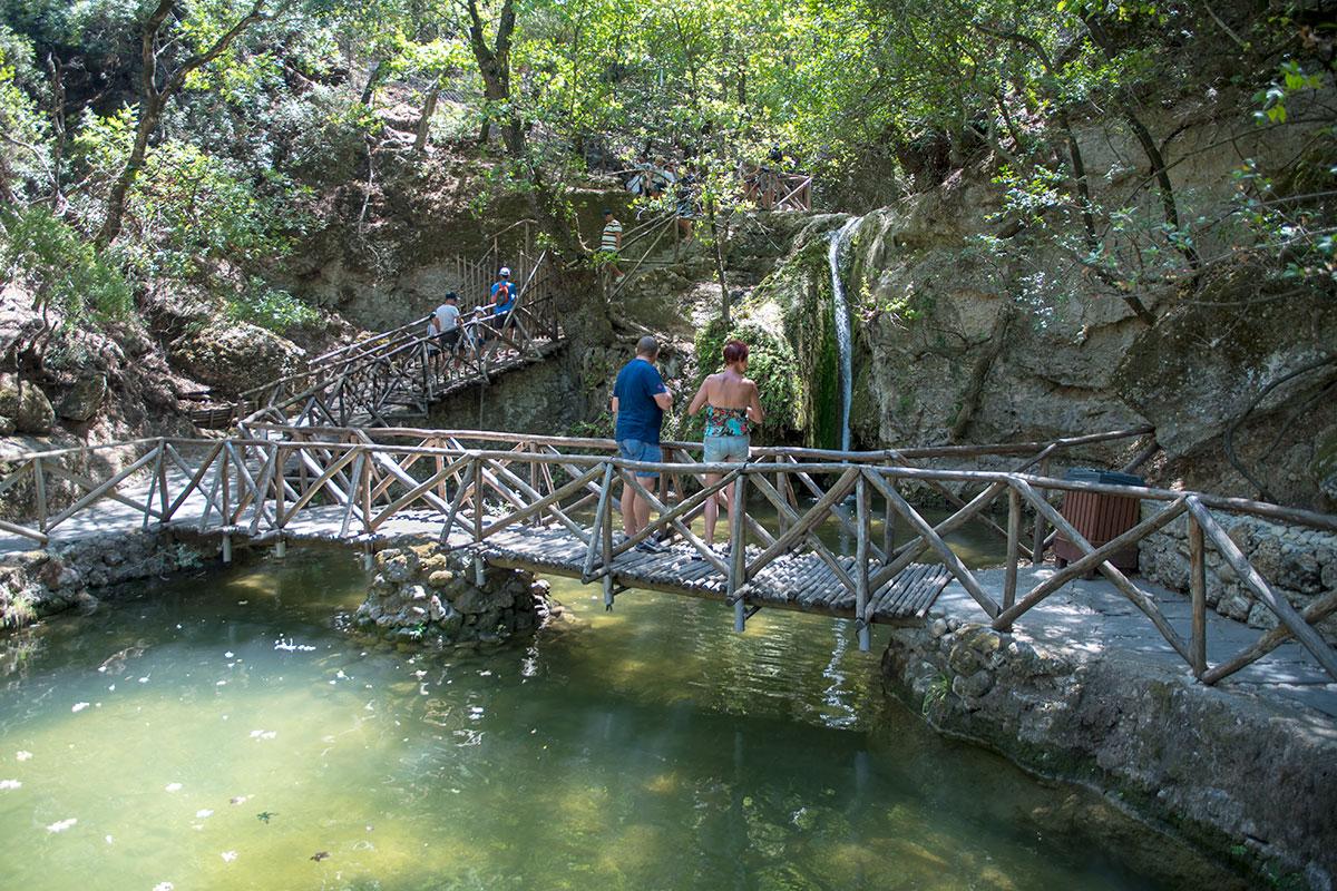 Прохождение туристического маршрута по заповедной долине бабочек на Родосе обустроено мостами и перилами лестниц из природных материалов.