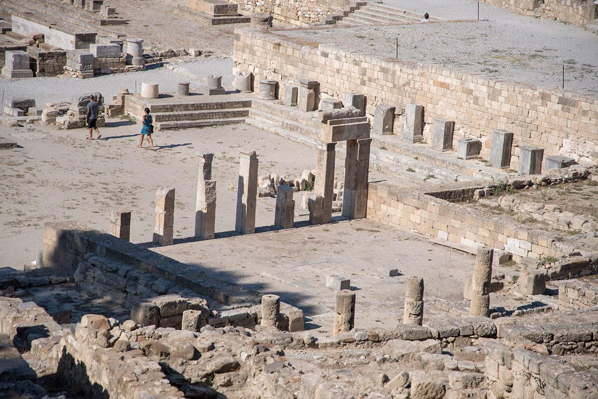 Археологами откопаны и установлены на первоначальные места постаменты в виде колонн, на которых строители Камироса устанавливали фигуры богов.