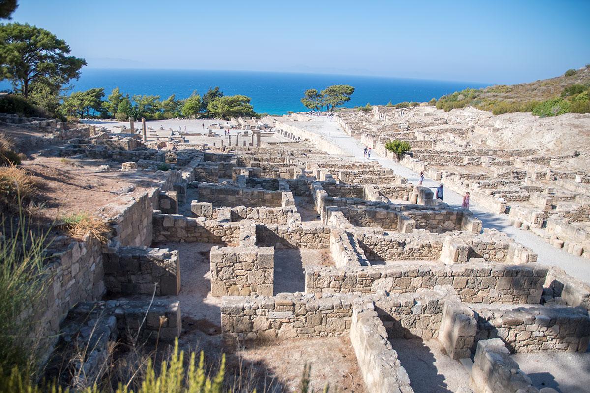 Приморская часть территории Камироса включает рыночную площадь – агору, религиозные сооружения греческого культа и ряд общественных сооружений.