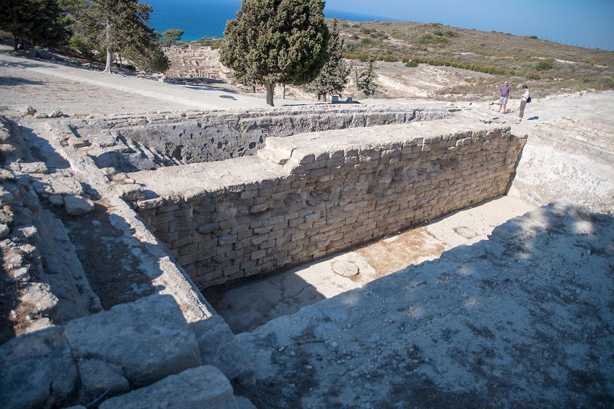На возвышенной части территории Камироса удовлетворительно сохранился резервуар для питьевой выоды, засыпанный после катастрофического землетрясения.
