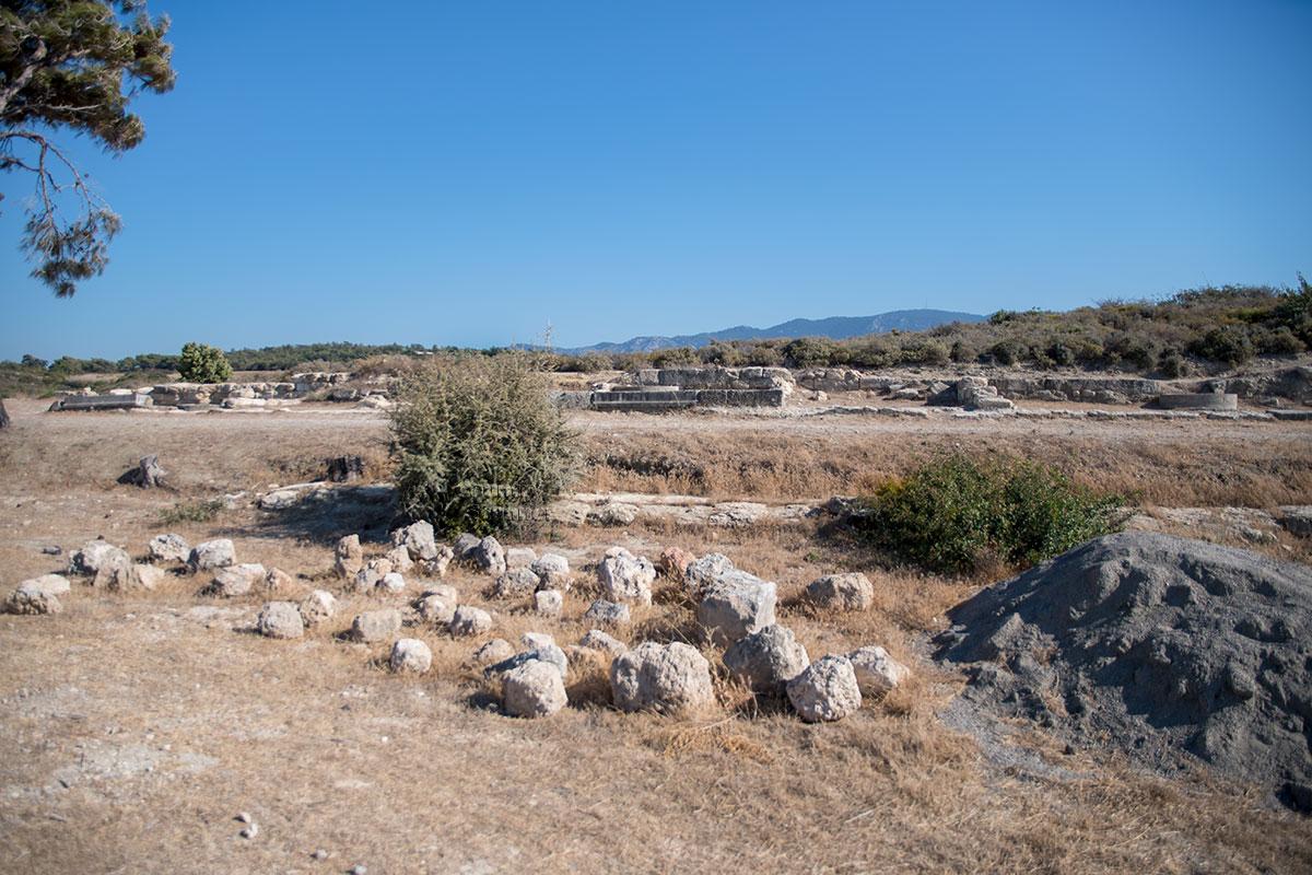 Неподалеку от места раскопок Камироса расположены вспомогательные площадки для складирования находок и необходимых материалов.