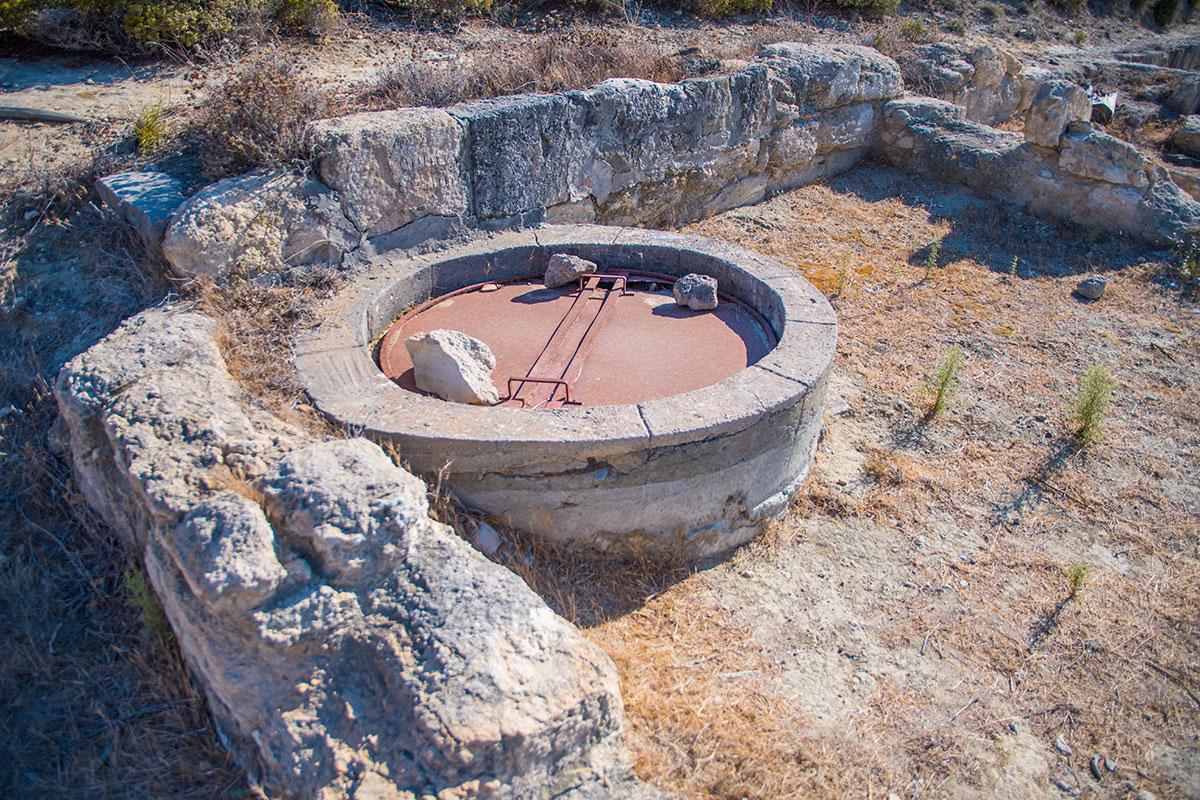 Восстанавливаемые на территории Камироса водопроводные колодцы выполняются из современных железобетонных изделий.