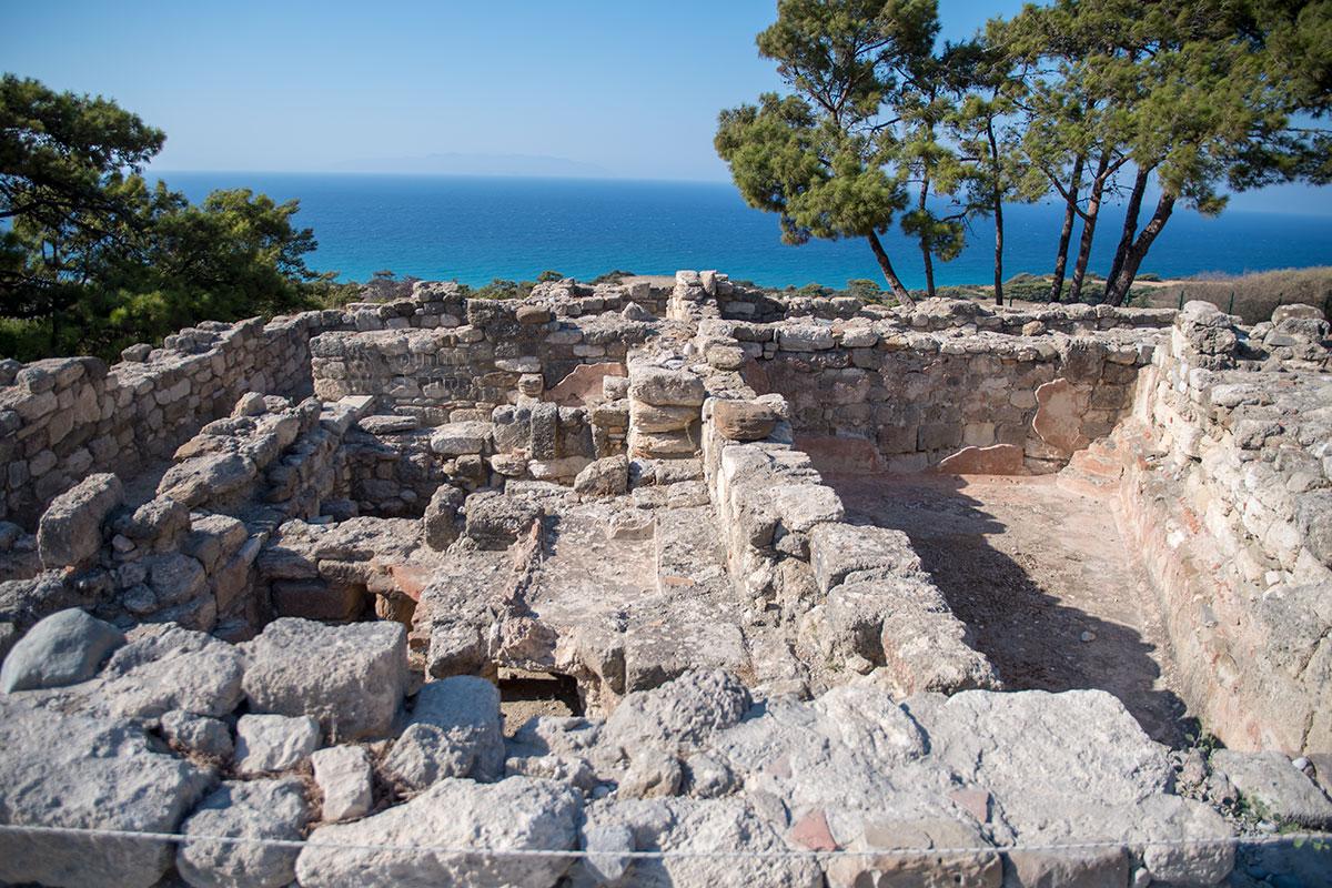 В северной части раскопок Камироса неплохо сохранились римские термы с большим бассейном, частично уцелел гидроизоляционный слой.