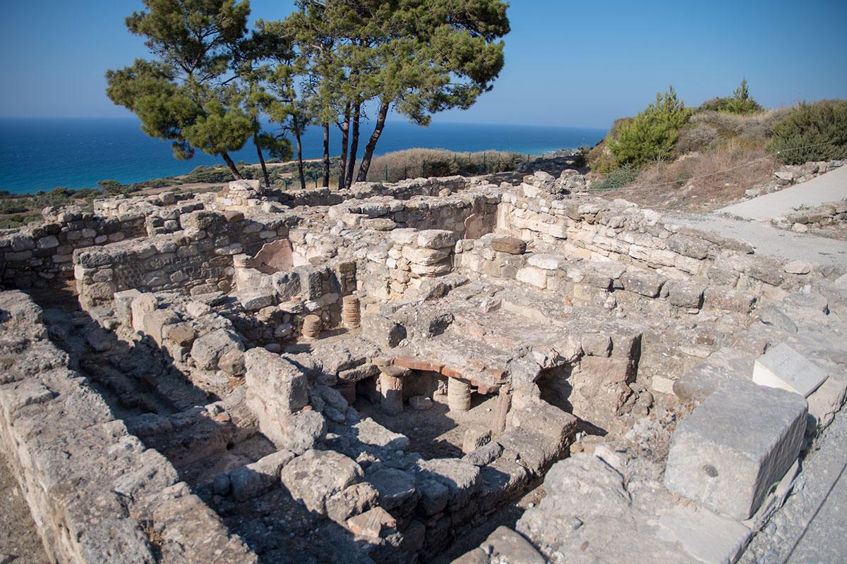 На фотографии раскопанных римских бань в Камиросе различимы помещения в разных уровнях, отверстия для удаления грязной воды в канализацию.
