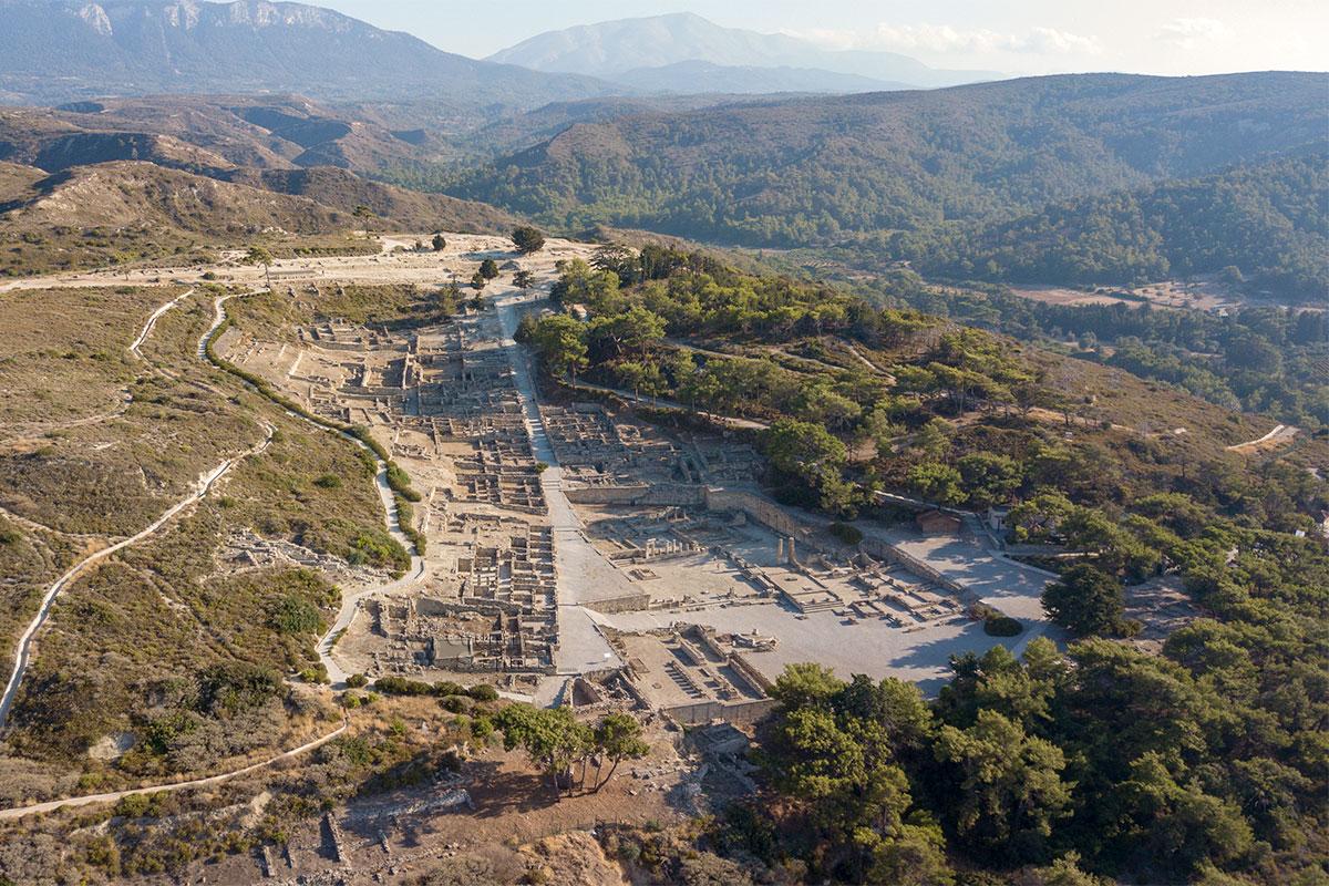 Высотная фотография города Камирос полностью совпадает со схемой, и центральная улица идет от моря в гору, которая на юге, а не на севере, как обозначено.