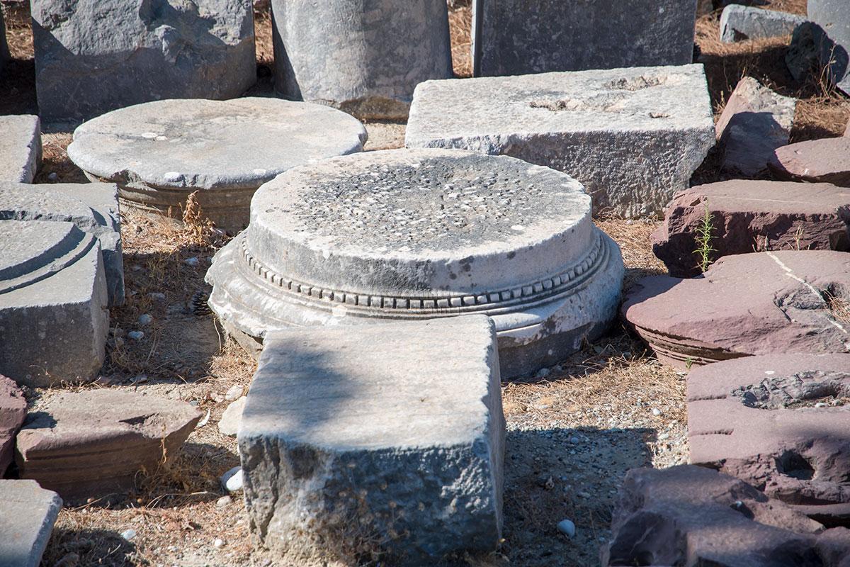 Выставленные на обозрение архитектурные элементы, найденные при раскопках Камироса, принадлежат к дорийскому ордеру, наиболее простому и древнему.