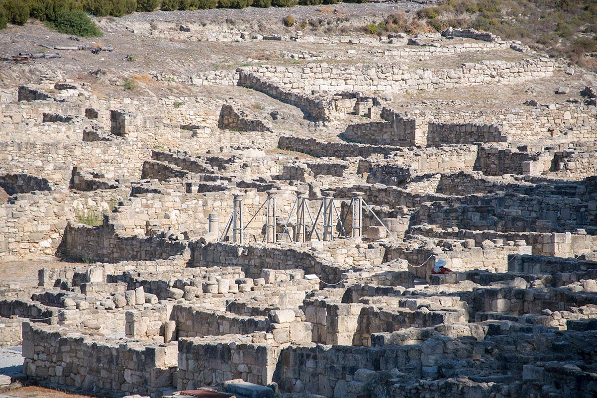 Некоторые архитектурные элементы Камироса после установки в вертикальное положение приходилось фиксировать металлическими растяжками.