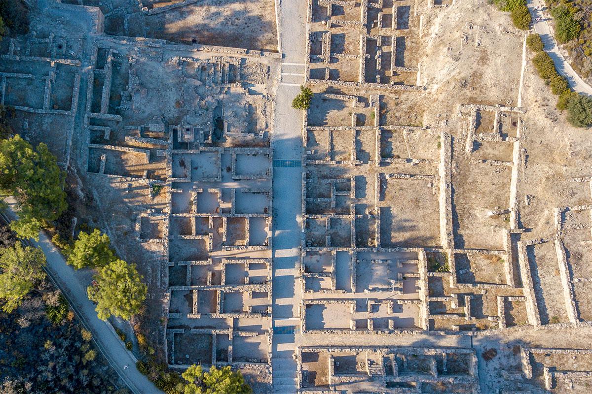 Управляемый с земли летающий фотограф выдал вертикальный снимок Камироса, практически являющийся подробным планом поселения.